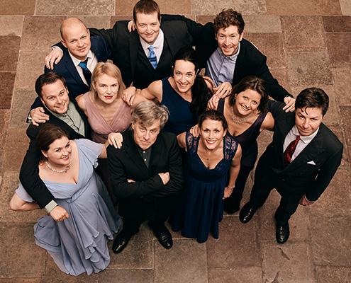 Medlemmer af Theatre of Voices samlet der kigger op